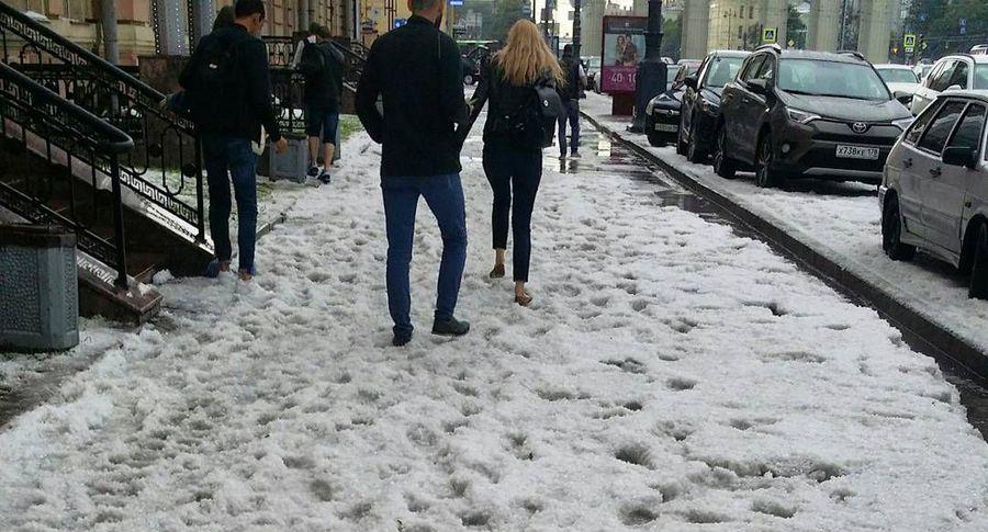 ВПетербурге после дождя сградом появились сугробы
